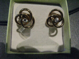 New 14K Yellow gold circle earrings studs around 2 grams