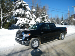 Camion Toyota Tundra double cab, 4x4, 2014 a  32,000$.