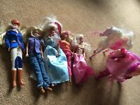 Five barbie dolls and two barbie horses