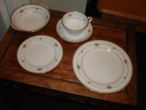 Brand new NORITAKE China set for 8 (style : Joanne 6466)