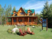 Maison modèle en bois massif à vendre à Magog.