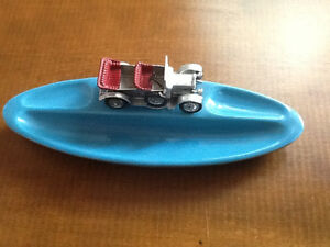 Automobile antique en zinc miniature sur porcelaine