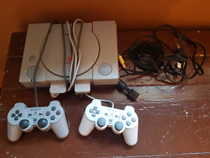 Playstation avec jeux et manettes