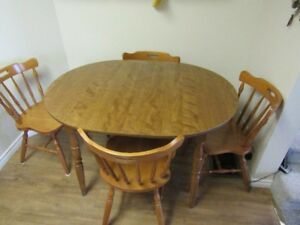 Very nice Maple Dinette Table w/2 leaves and 6 chairs $325!