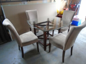 GORGEOUS DINING TABLE & 4 CHAIRS * PICK UP IN SMITHS FALLS *