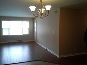 $995 - Modern 2 Bdrm, Laundry in Suite, Elev, Parking !