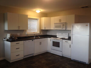 BRIGHT 2 Bedroom in DESIRABLE WESTRIDGE - Avail. April 1st