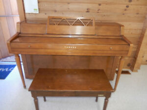 YAMAHA UPRIGHT WALNUT PIANO