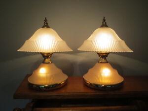 Lampe chevet globes en verre 40$ chacune, vendues en ensemble.