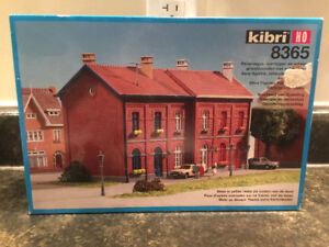 HO scale townhouse new in box.