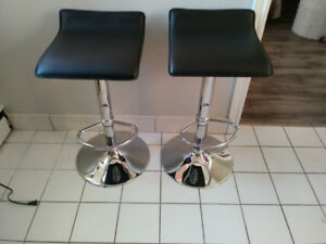2 beutiful bar stools