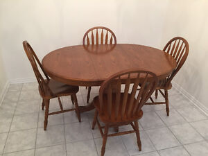 NIce table with 4 chairs