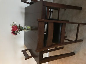 Beautiful and good condition bar height table and 4 chairs.