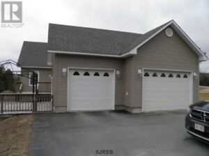 Close to Poley Mtn, trails & trout creek, attached 2 car garage!
