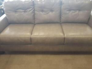 *** USED *** ASHLEY PAULIE GREY SOFA/LOVE   S/N:51238255   #STORE545