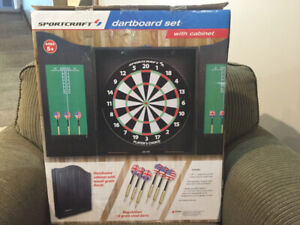 BRAND NEW DARTBOARD WITH CABINET AND REGULATION DARTS