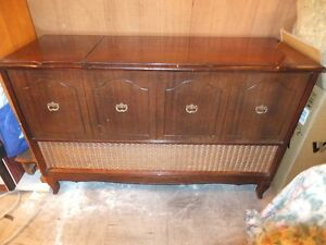 Electrohome Stereo Unit from 1960. Wood Cabinet Provincial Style