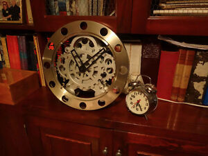 Horloge avec mécanisme apparent