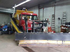 Camion et équipement déneigement par Municipalité de St-Valentin