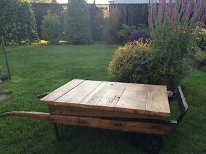Table salon chariot industriel en planche de grange