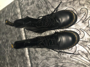 Dr. Martens Classic Leather (LIKE NEW) for SALE size 6