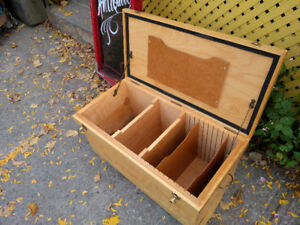 Wooden chest, perfect for storing records - Coffre en bois