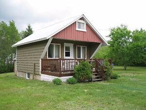 Mini maison(14'x14')sur deux étages et demi, au Lac Des Plages