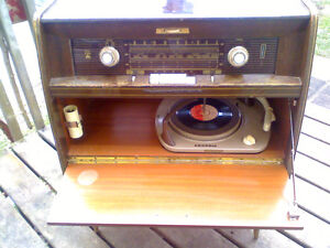 Vintage 1950's GRUNDIG Fm Tube Radio/Record Player