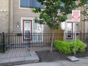 1 Bdroom Well maintened Townhouse-Erin Mills+Fresh Paint+Parking