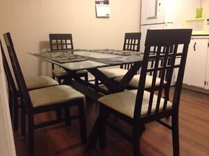 Dinning table set with 6 chairs in excellent condition.