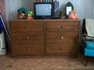 SOLID WOOD 6 DRAWER DRESSER IN MINT CONDITION