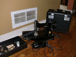 Vintage SINGER FEATHERWEIGHT Sewing Machine. 221-1. With Case an