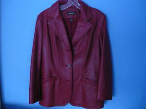 Veston en cuire de couleur rouge,
