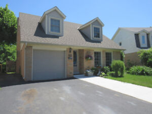 BEAUTIFUL HOME IN THE HEART OF ANCASTER!