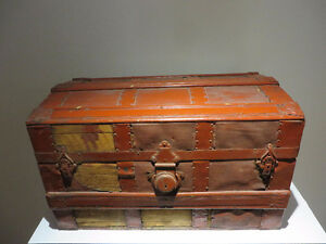 Small Antique Chest/ Petite Coffre Antique