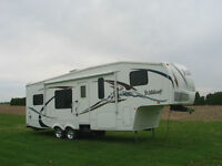 2008 ForestRiver Wildcat 29 ft 5'th rear kitchen 1/2 ton towable