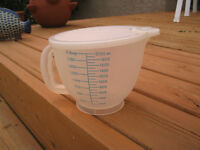 Mint condition vintage Tupperware batter bowl with lid 2 litres