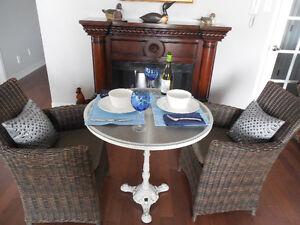 Table ronde vintage en fonte les chaises ne sont pas incluses