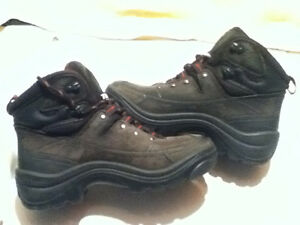 Women's Stone-Dry Waterproof Hiking Boots Size 6 London Ontario image 7