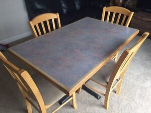 Dining table with 4 chairs for sale 140$