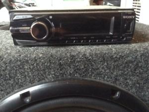 Sub et radio d'auto