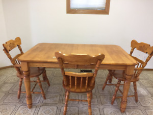 SOLID WOOD TABLE AND SIX CHAIRS IN KIRKLAND LAKE
