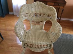 Chaises, tables et coffre en rotin