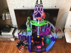 Château Monster High excellent état.  Aussi 30 Poupées négo....