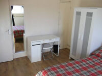 Lovely Double Room Available Now In A Flat Share - Close to Canary Wharf!
