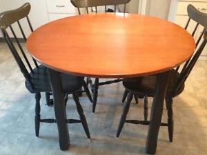 Table ronde en bois et trois chaises