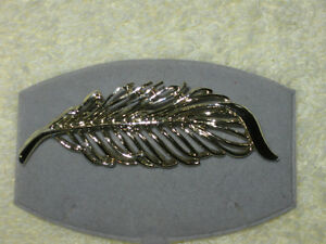 INTERESTING OLD VINTAGE SILVERTONE FEATHER BROOCH
