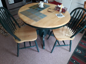 SOLID WOOD KITCHEN TABLE & 4 CHAIRS-MINT CONDITION