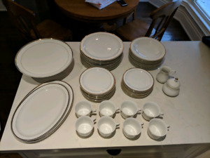 FINE PORCELAIN CHINA 54 PIECE DISH SET