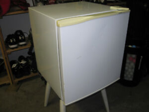 Gold Star Mini Refrigerator (Table Top/Countertop)